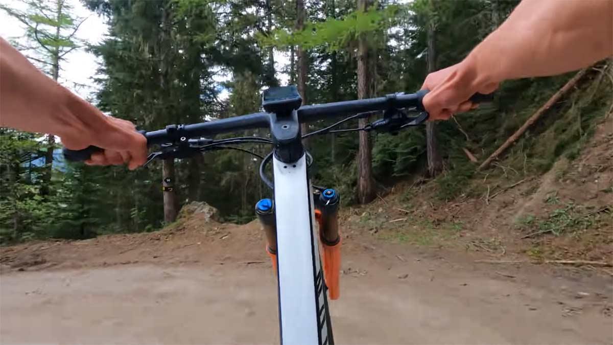 video-mathieu-van-der-poel-haciendo-descenso-con-su-mountain-bike-en-el-bike-park