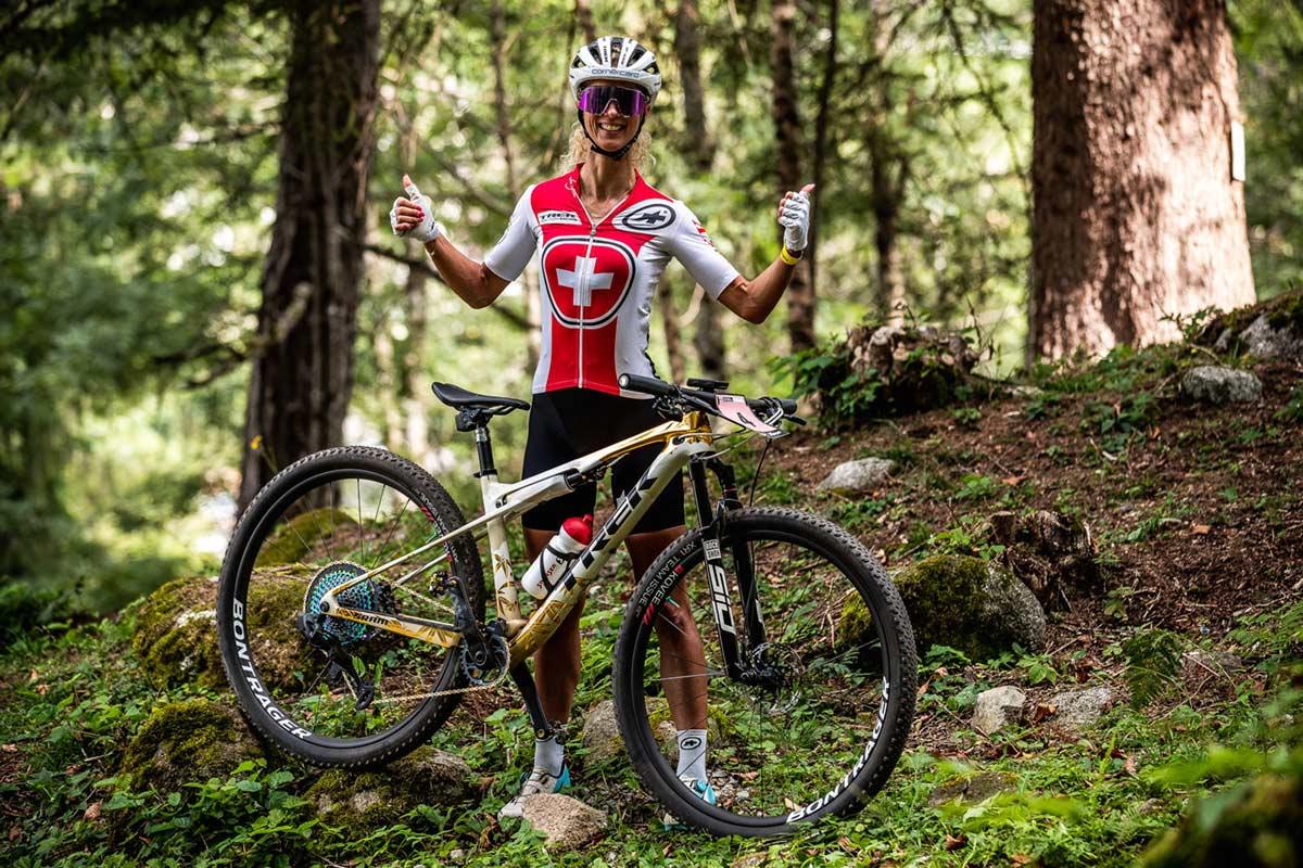 Asi-es-la-Trek-Supercaliber-de-oro-japones-de-la-ciclista-Jolanda-Neff-para-el-Mundial-de-Val-di-Sole-dorada-2