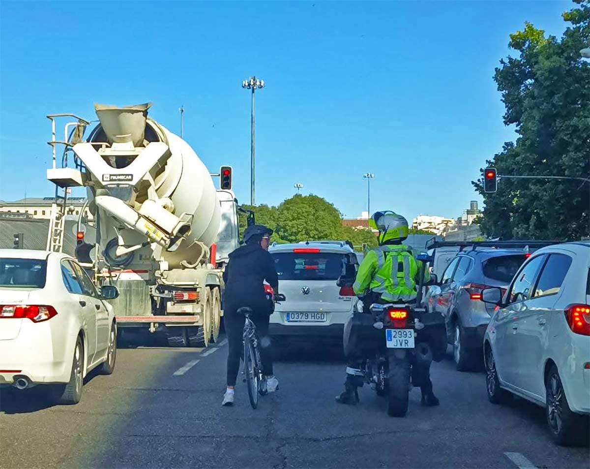 Presencia-policial-por-las-amenazas-de-varios-vecinos-durante-la-colocacion-de-aparca-bicicletas