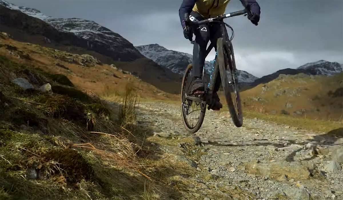 Video-Bajando-en-Gravel-Bike-con-tija-telescopica-con-Martha-Gill