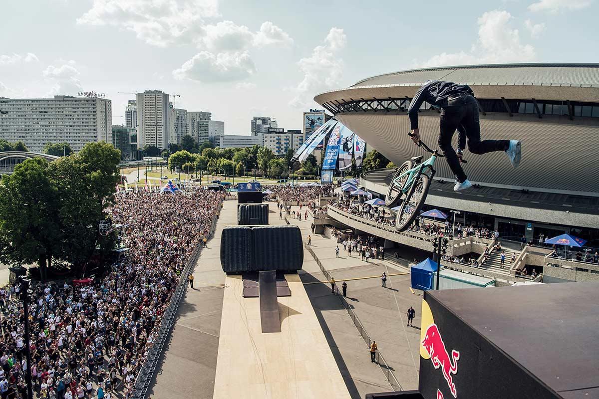 Vídeo: De tejado en tejado, el Red Bull Roof Ride 2021 se lo lleva Dawid Godziek