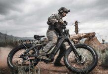 Bicicletas-eléctricas-con-armas-y-panel-solar-para-misiones-militares