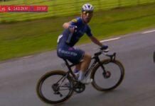 Mark-Cavendish-a-la-moto-de-television-Los-estadas-ayudando-que-te-pasa