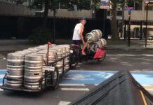 Vídeo: Como transportar 20 barriles de cerveza en una bicicleta