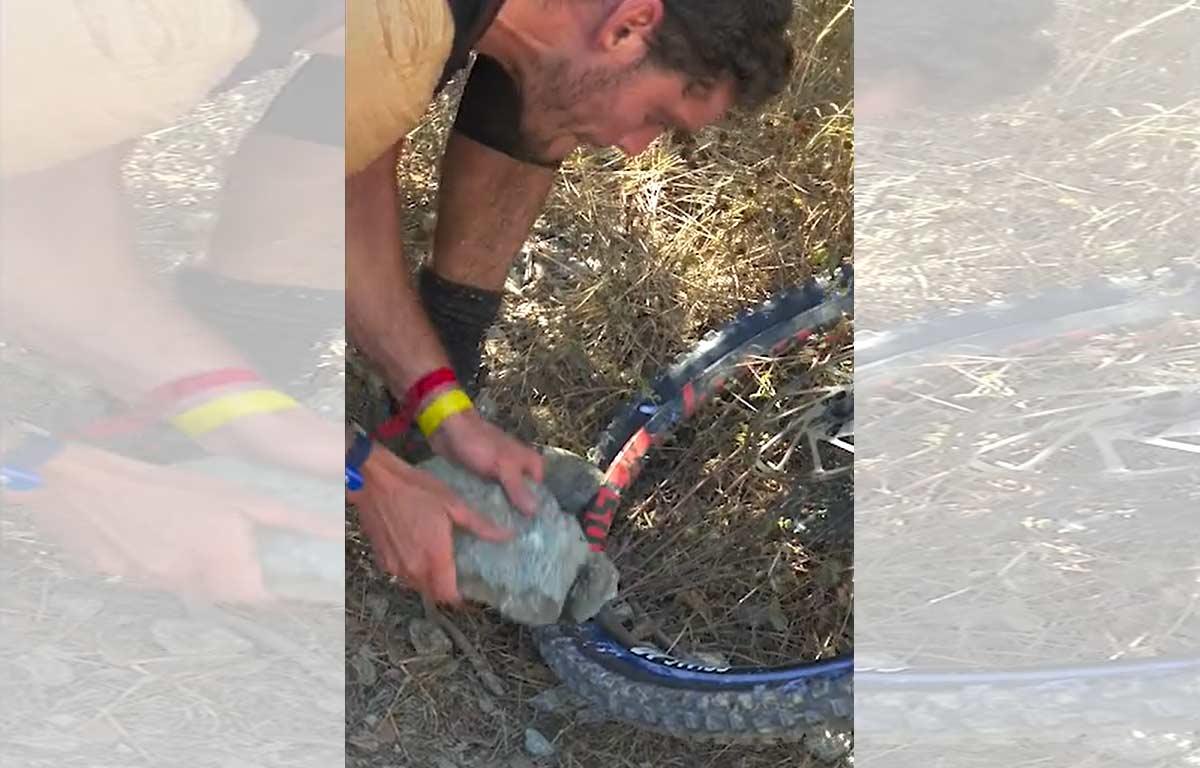 Video-Con-una-roca-asi-reparo-la-rueda-para-ganar-la-EWS-de-Finale-Ligure-Jack-Moir