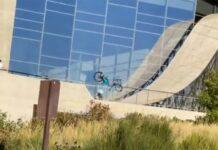 """Vídeo: Sobrevive a un """"planazo"""" de 15 metros de altura con su bicicleta"""
