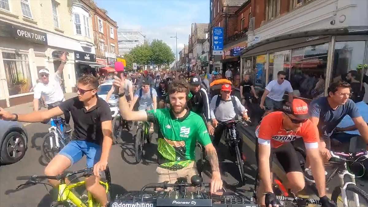 la Rave en bicicleta fue tal, que algunos anuncian ya su defunción. Este tipo de fiestas