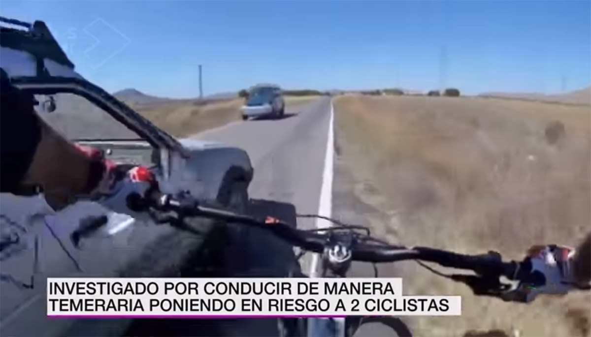 Vídeo: Un conductor echa de la carretera a dos ciclistas en Murcia