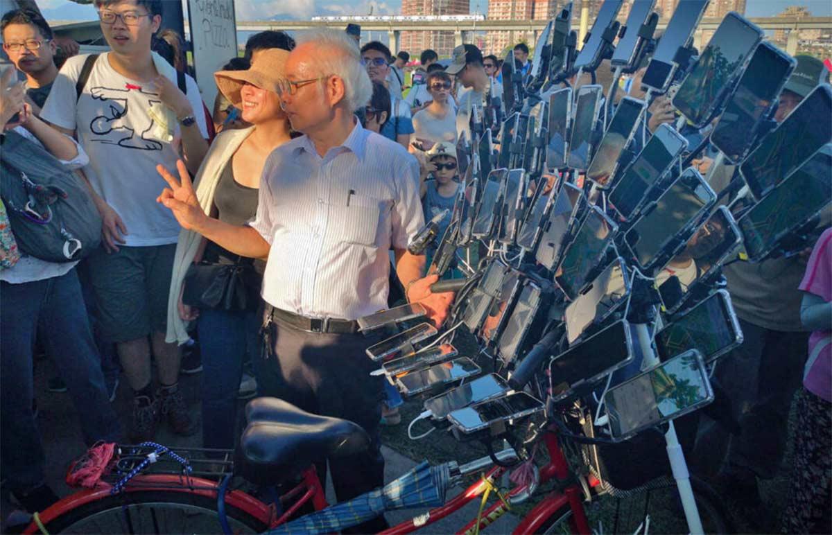 El ciclista cazador de Pokemon quizás sea quien más aparatos eléctricos tiene sobre una bicicleta.