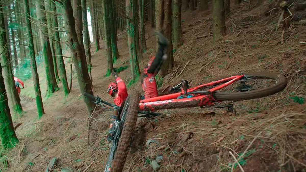 Un ciclista practica una traqueotomía a otro tras una grave caída en bicicleta