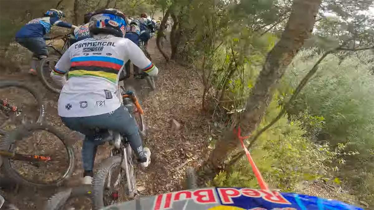 Video-Red-Bull-Campo.-Loic-Bruni-contra-150-locos-en-bicicleta